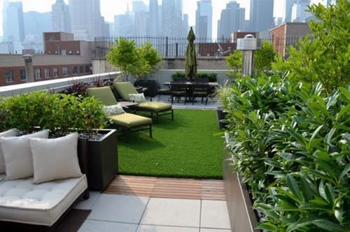 Trang trí cây xanh trên sân thượng giúp không khí dễ chịu hơn cho gia chủ